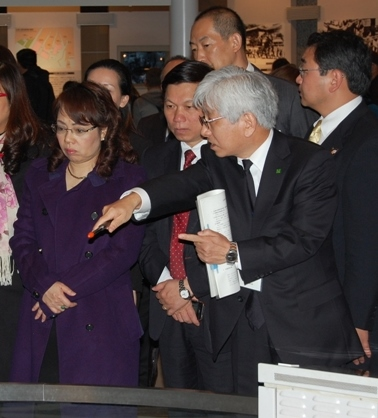 Minister Tien visiting the Peace Memorial Museum