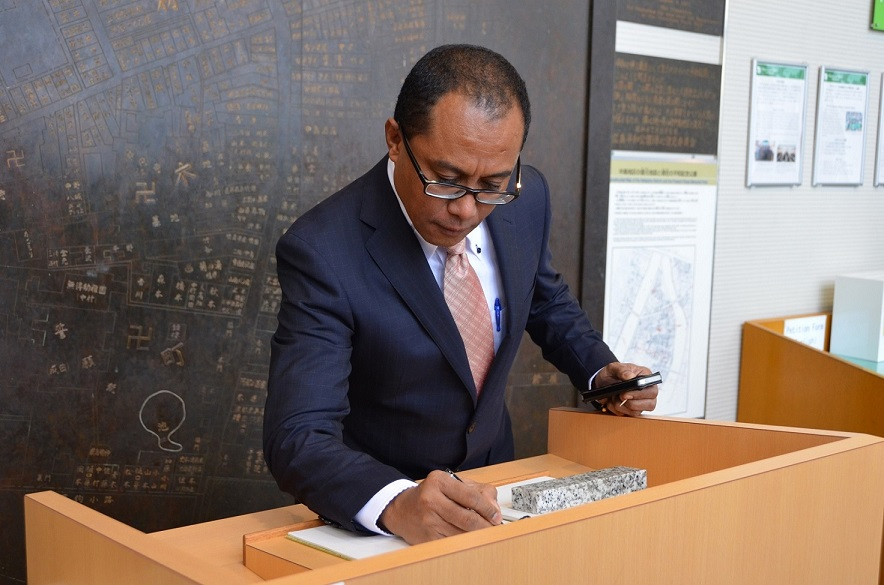Minister Soares writing a message at the Peace Memorial Museum